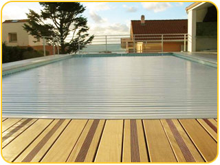 Volet roulant piscine sur rail prix for Piscine couverture mobile