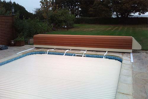 Volets roulants avec banc aqualux sofatec sur 13 83 84 04 for Volet roulant piscine sur rail