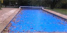feuilles sur bâche piscine